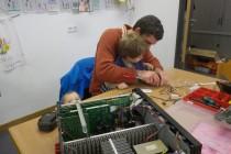 Im Repair Café Erlangen hat Jung und Alt seinen Spaß